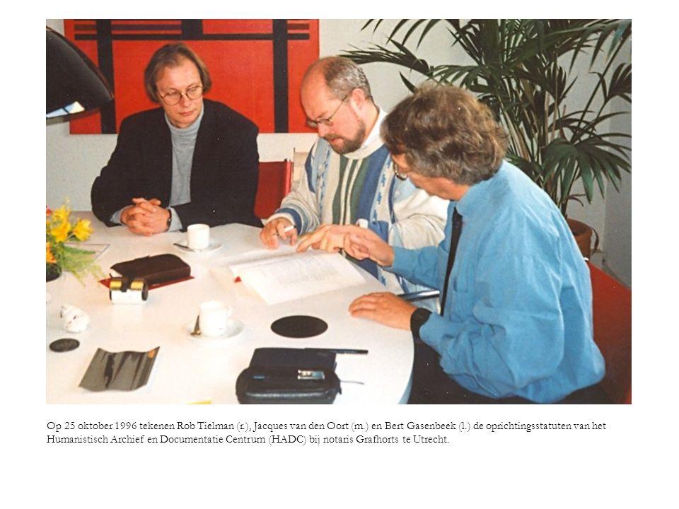 Op 25 oktober 1996 tekenen Rob Tielman (r. ), Jacques van den Oort (m