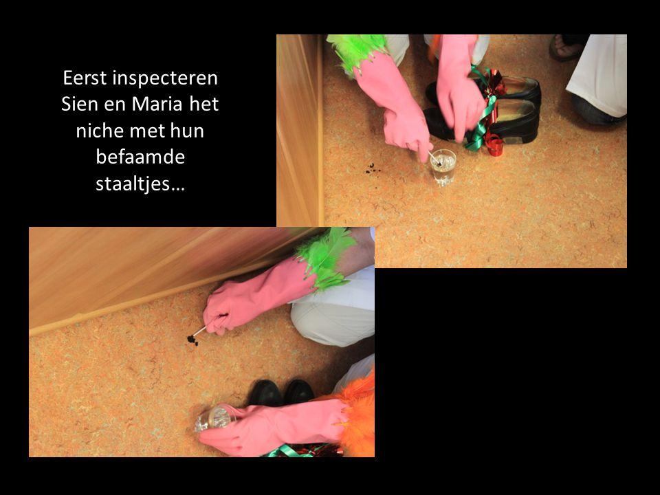 Eerst inspecteren Sien en Maria het niche met hun befaamde staaltjes…