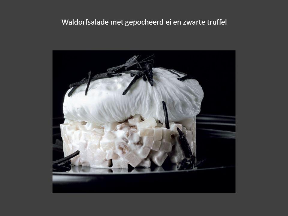 Waldorfsalade met gepocheerd ei en zwarte truffel