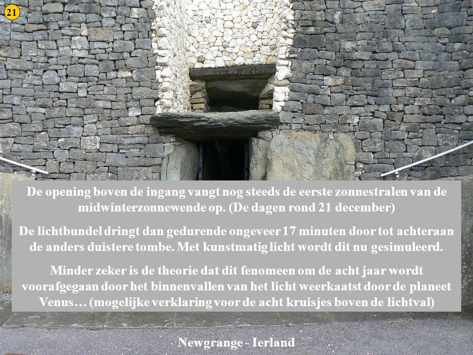21 Newgrange 3. De opening boven de ingang vangt nog steeds de eerste zonnestralen van de midwinterzonnewende op. (De dagen rond 21 december)