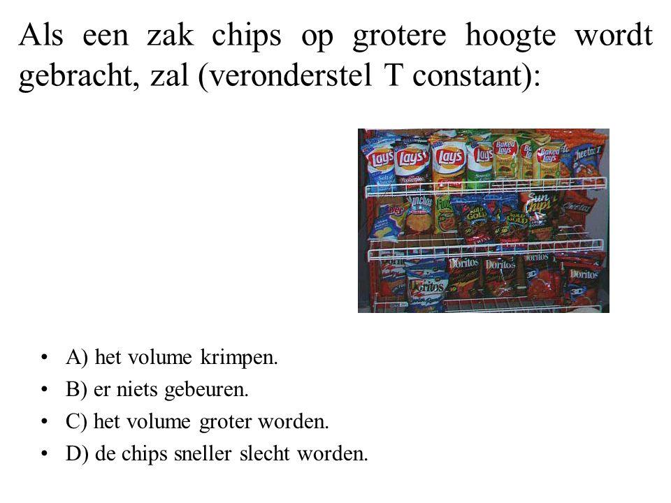 Als een zak chips op grotere hoogte wordt gebracht, zal (veronderstel T constant):