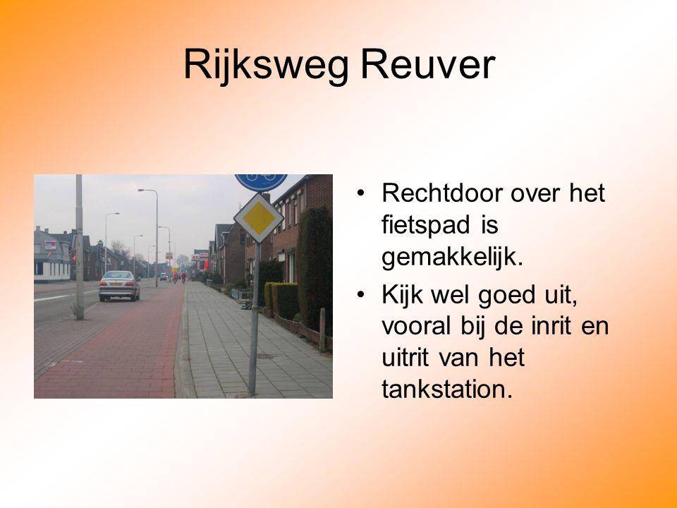 Rijksweg Reuver Rechtdoor over het fietspad is gemakkelijk.