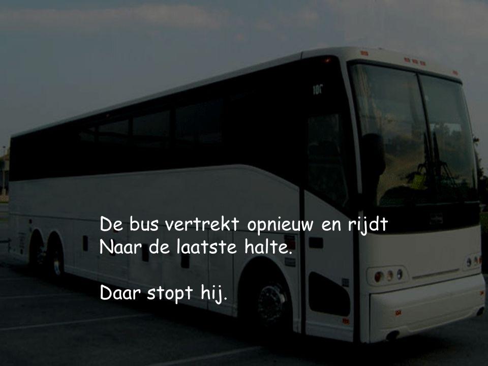 De bus vertrekt opnieuw en rijdt