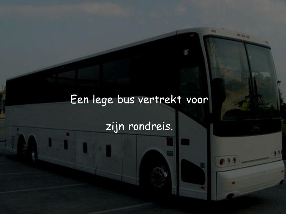 Een lege bus vertrekt voor