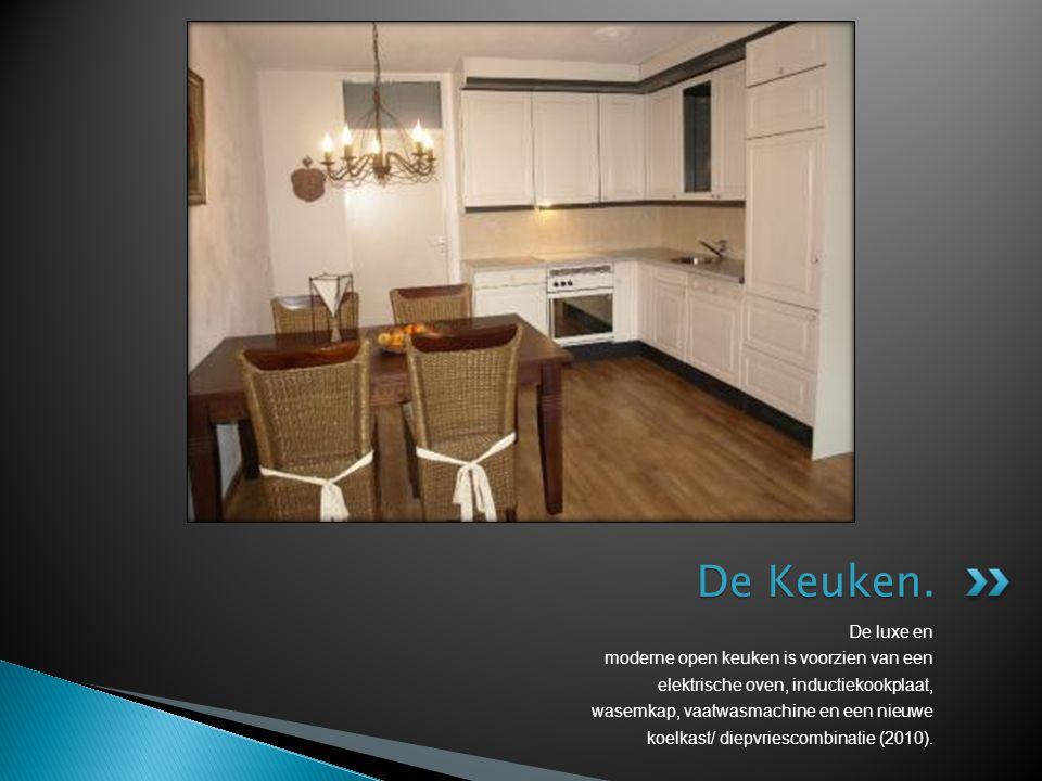 De Keuken. De luxe en moderne open keuken is voorzien van een