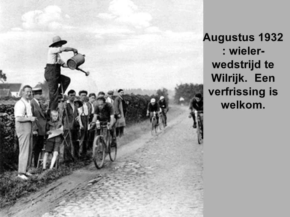 Augustus 1932 : wieler-wedstrijd te Wilrijk. Een verfrissing is welkom.