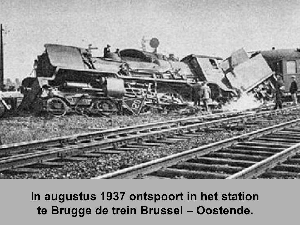In augustus 1937 ontspoort in het station te Brugge de trein Brussel – Oostende.