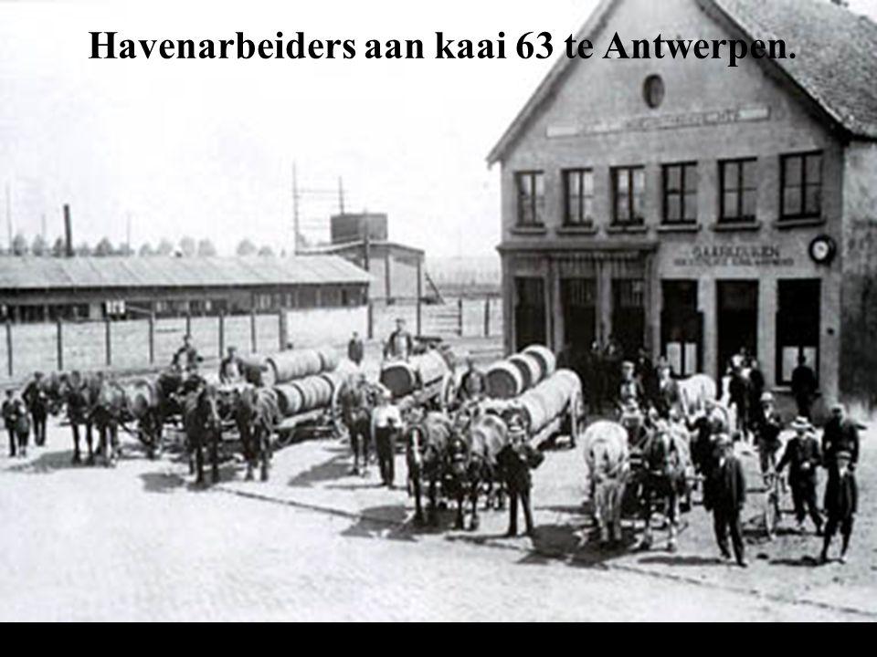 Havenarbeiders aan kaai 63 te Antwerpen.