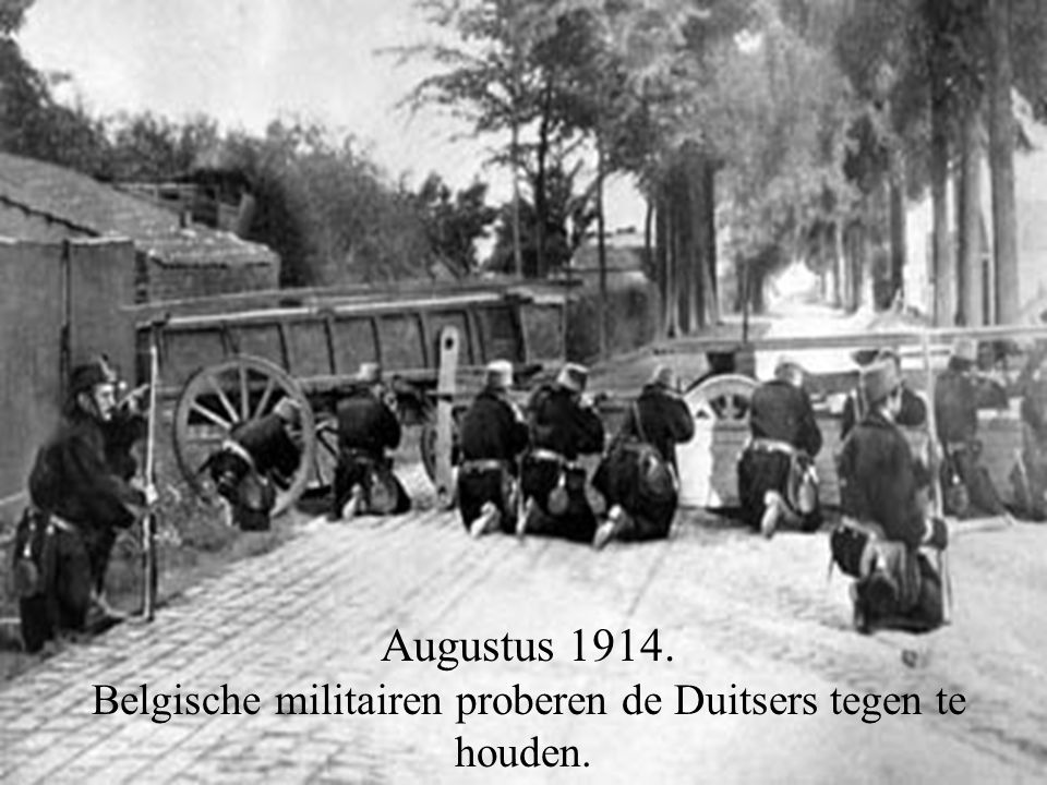 Belgische militairen proberen de Duitsers tegen te houden.
