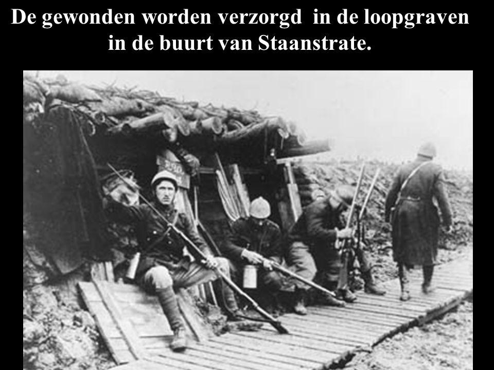 De gewonden worden verzorgd in de loopgraven in de buurt van Staanstrate.