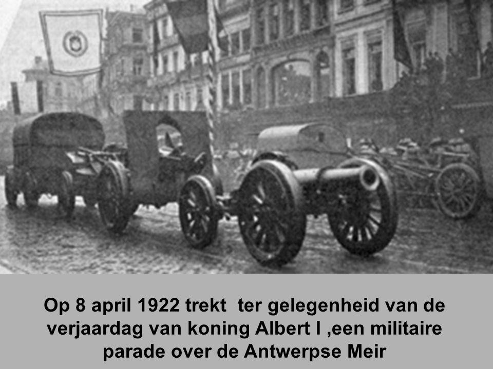 Op 8 april 1922 trekt ter gelegenheid van de verjaardag van koning Albert I ,een militaire parade over de Antwerpse Meir