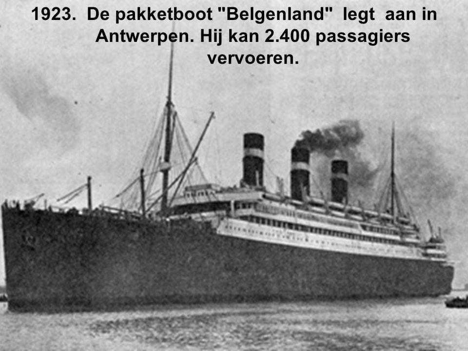 De pakketboot Belgenland legt aan in Antwerpen. Hij kan 2
