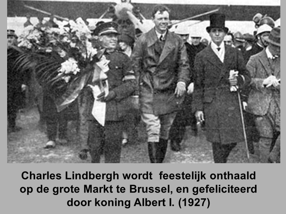 Charles Lindbergh wordt feestelijk onthaald op de grote Markt te Brussel, en gefeliciteerd door koning Albert I.
