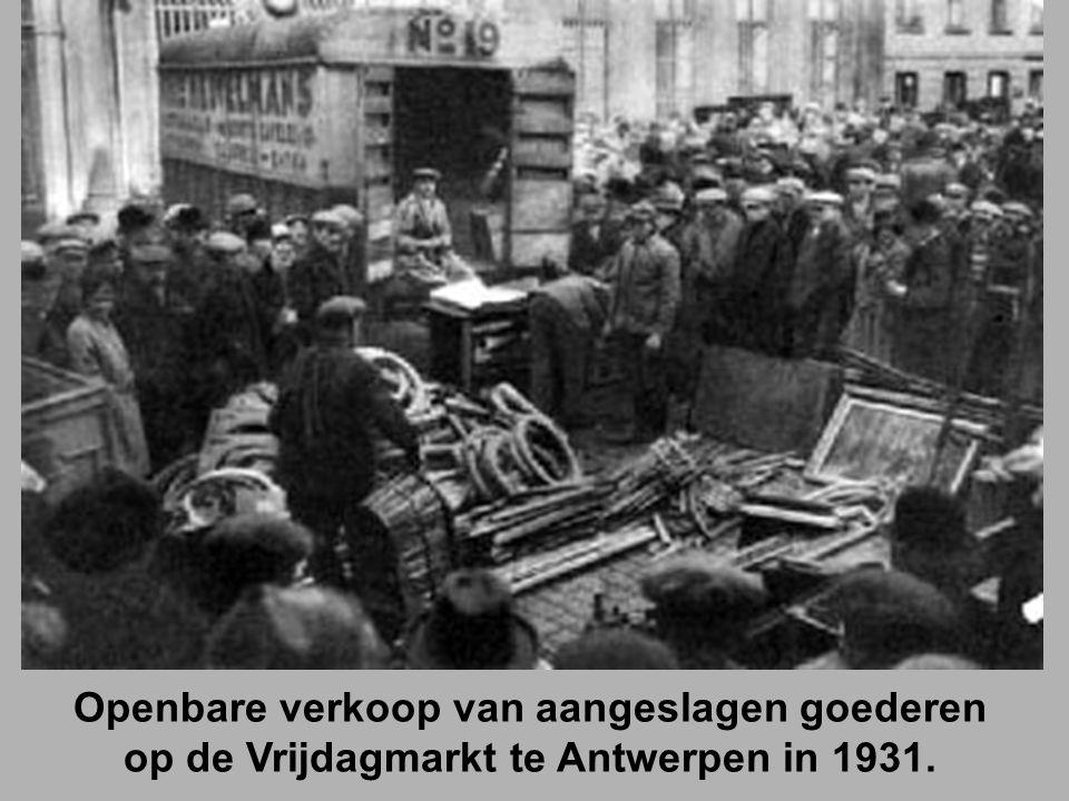Openbare verkoop van aangeslagen goederen op de Vrijdagmarkt te Antwerpen in 1931.