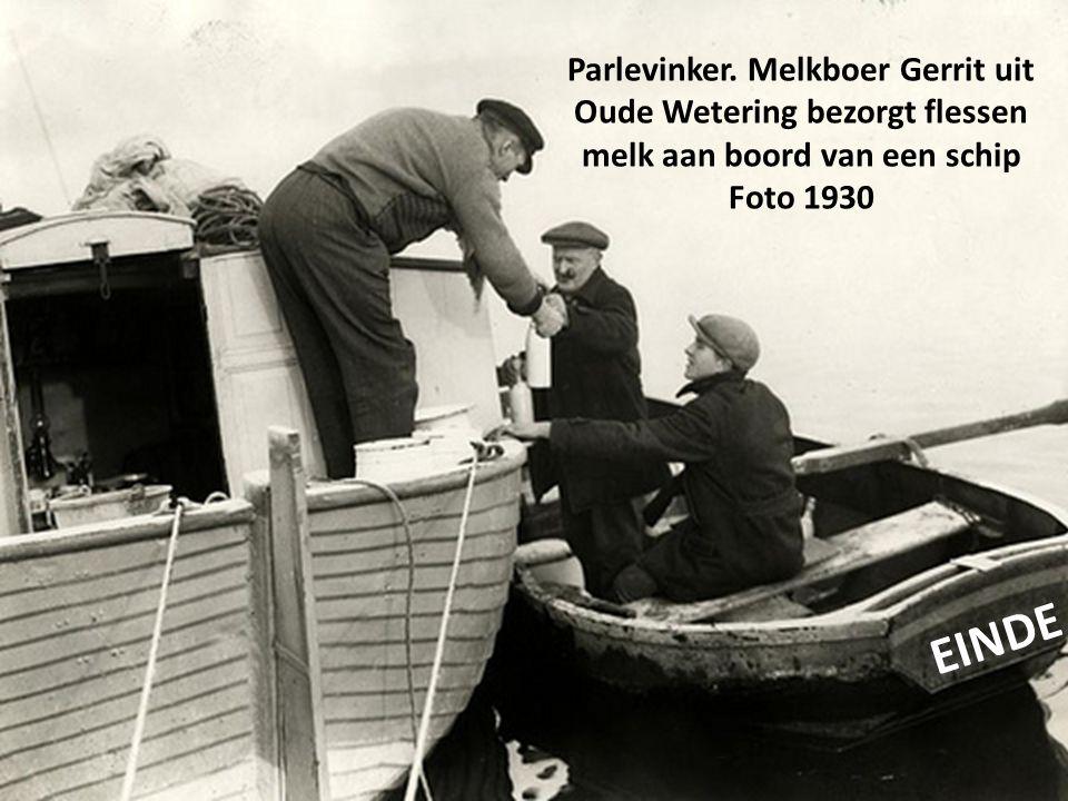 Parlevinker. Melkboer Gerrit uit Oude Wetering bezorgt flessen melk aan boord van een schip Foto 1930