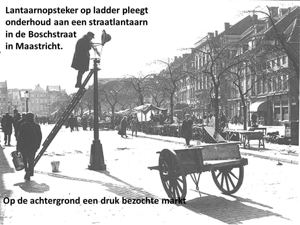 Lantaarnopsteker op ladder pleegt onderhoud aan een straatlantaarn in de Boschstraat