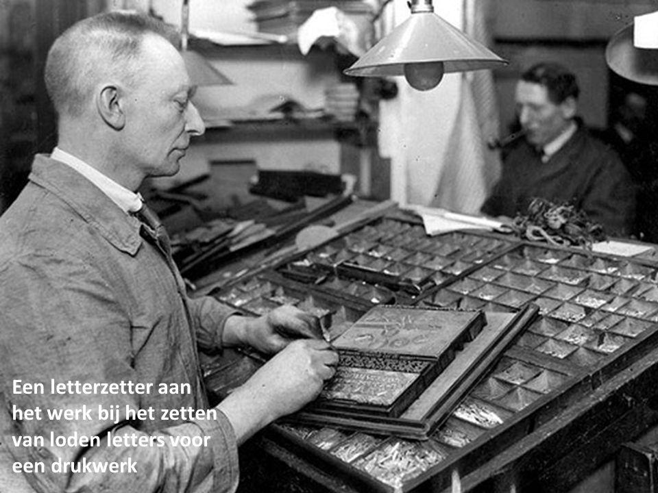 Een letterzetter aan het werk bij het zetten van loden letters voor een drukwerk
