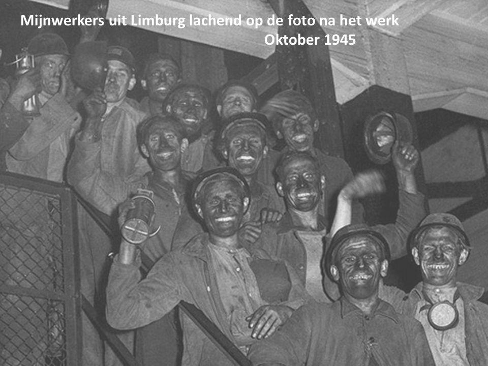 Mijnwerkers uit Limburg lachend op de foto na het werk
