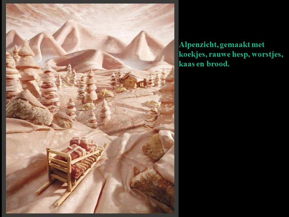 Alpenzicht, gemaakt met koekjes, rauwe hesp, worstjes, kaas en brood.