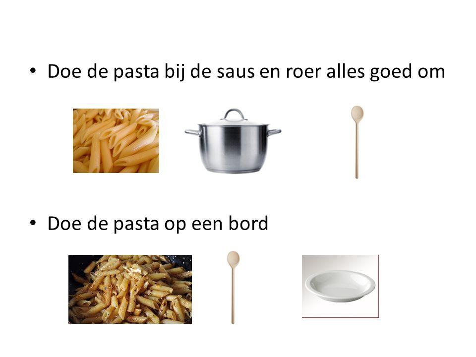 Doe de pasta bij de saus en roer alles goed om