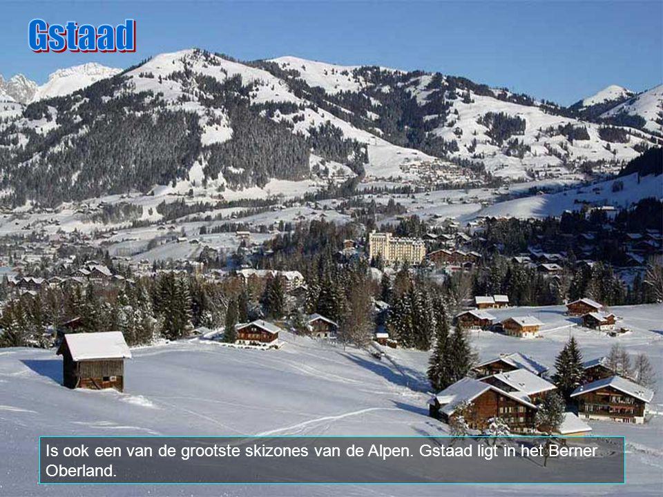 Gstaad Is ook een van de grootste skizones van de Alpen. Gstaad ligt in het Berner Oberland.