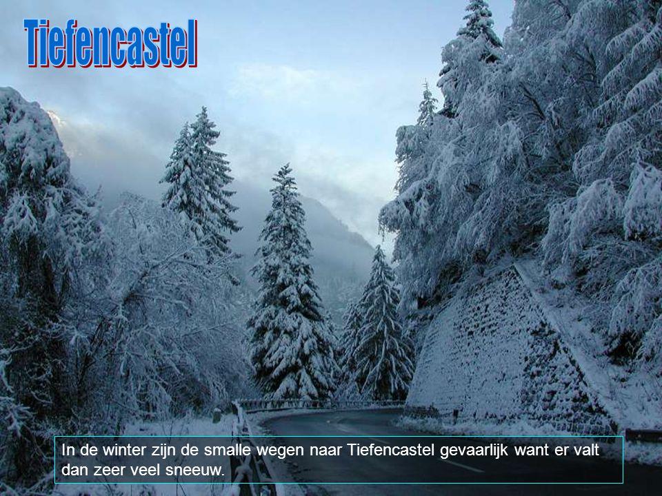 Tiefencastel In de winter zijn de smalle wegen naar Tiefencastel gevaarlijk want er valt dan zeer veel sneeuw.