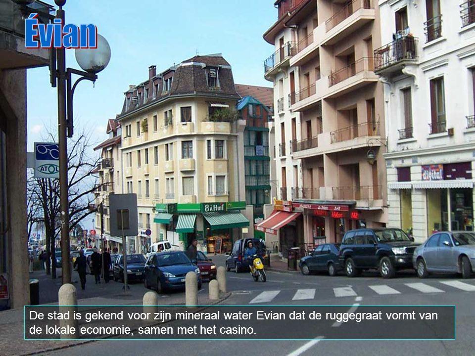 Évian De stad is gekend voor zijn mineraal water Evian dat de ruggegraat vormt van de lokale economie, samen met het casino.