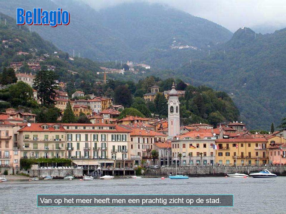 Bellagio Van op het meer heeft men een prachtig zicht op de stad.