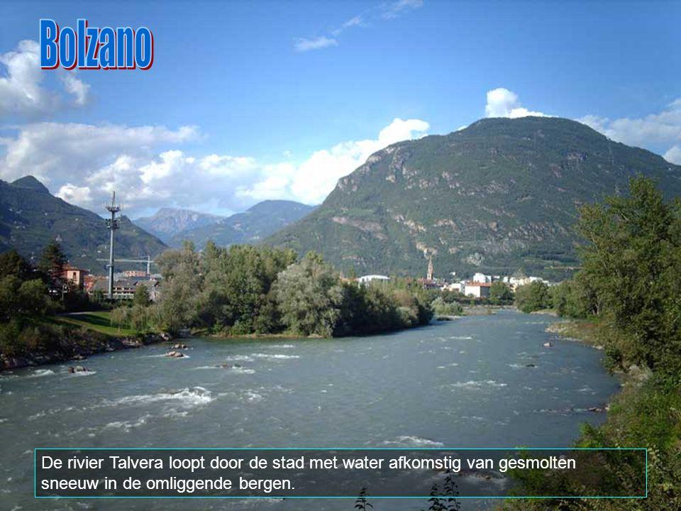 Bolzano De rivier Talvera loopt door de stad met water afkomstig van gesmolten sneeuw in de omliggende bergen.