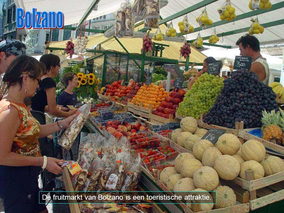 Bolzano De fruitmarkt van Bolzano is een toeristische attraktie.
