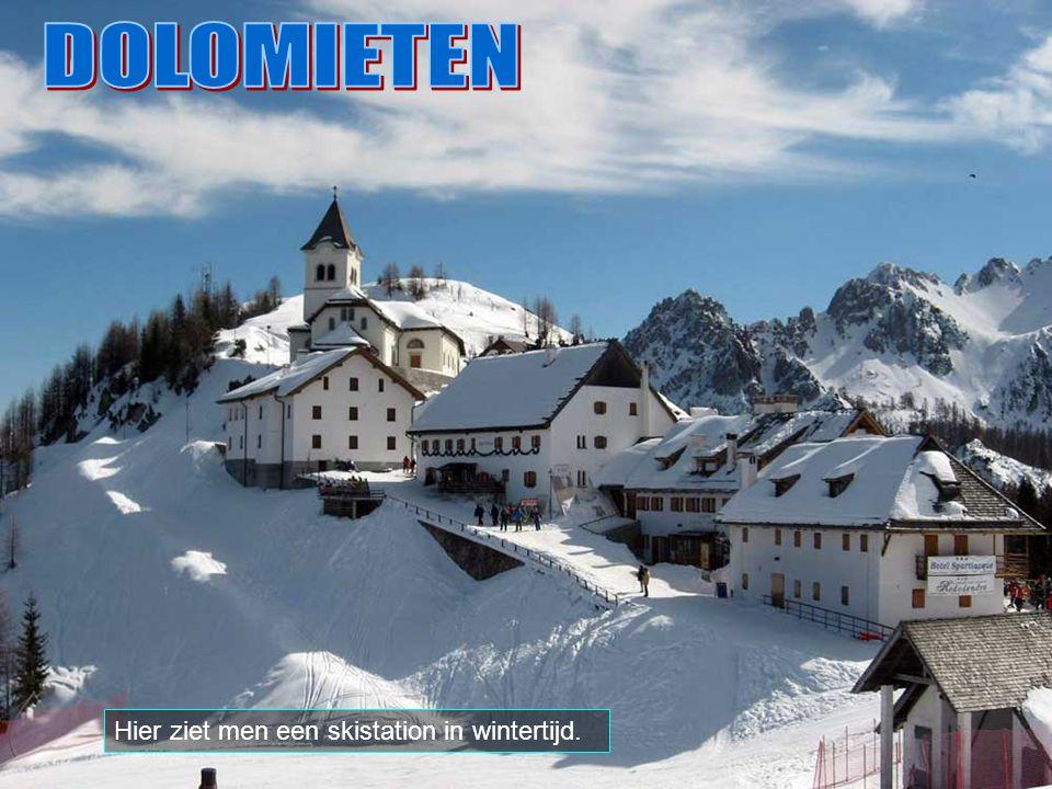 DOLOMIETEN Hier ziet men een skistation in wintertijd.