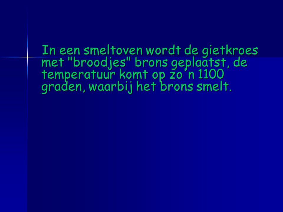 In een smeltoven wordt de gietkroes met broodjes brons geplaatst, de temperatuur komt op zo n 1100 graden, waarbij het brons smelt.