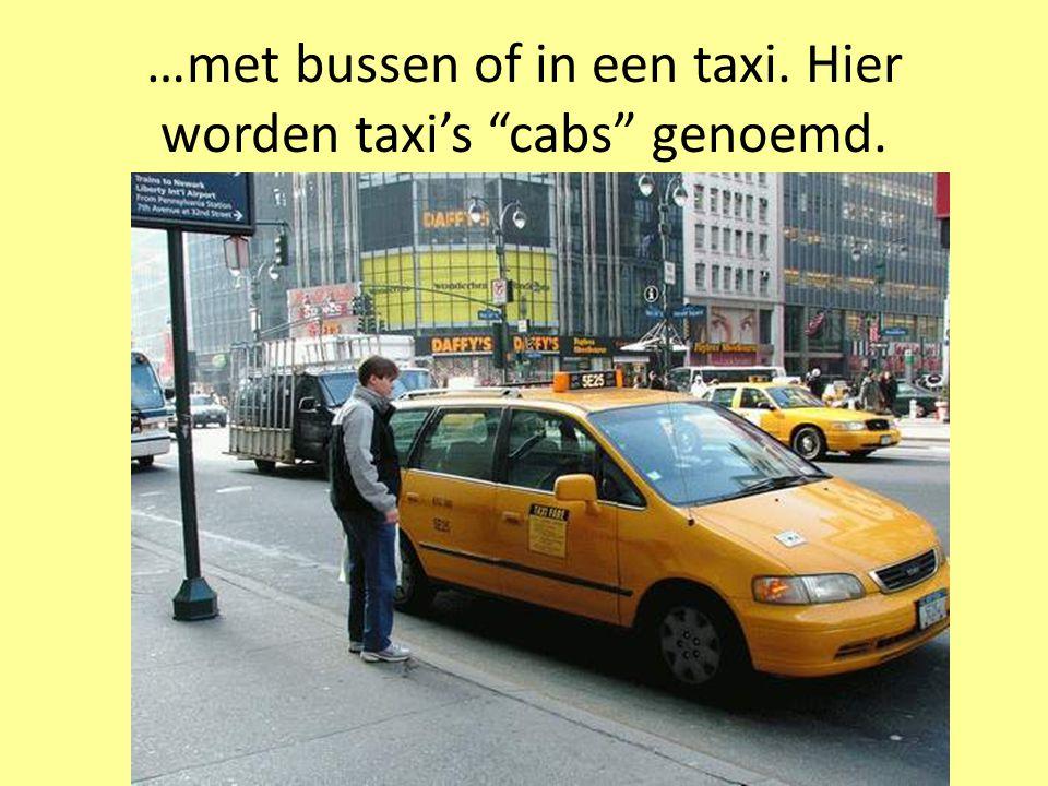 …met bussen of in een taxi. Hier worden taxi's cabs genoemd.