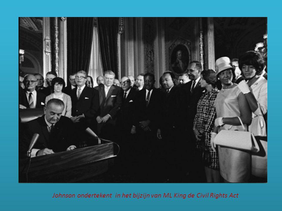 Johnson ondertekent in het bijzijn van ML King de Civil Rights Act