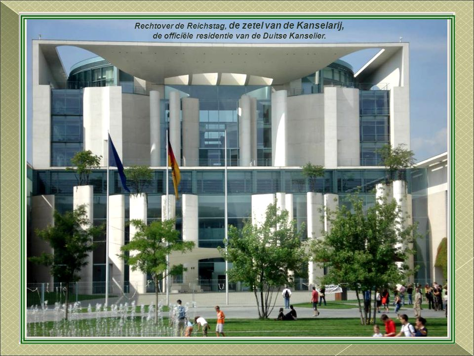 Rechtover de Reichstag, de zetel van de Kanselarij,