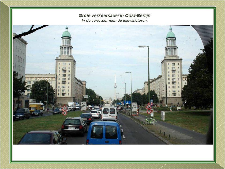 Grote verkeersader in Oost-Berlijn
