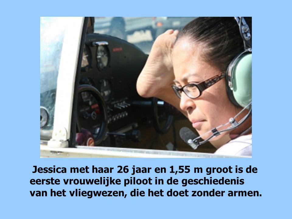 Jessica met haar 26 jaar en 1,55 m groot is de eerste vrouwelijke piloot in de geschiedenis van het vliegwezen, die het doet zonder armen.