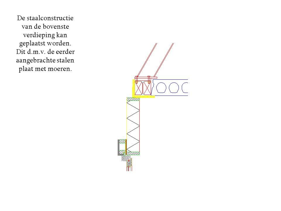 De staalconstructie van de bovenste verdieping kan geplaatst worden