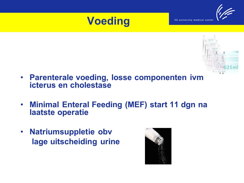 Voeding Parenterale voeding, losse componenten ivm icterus en cholestase. Minimal Enteral Feeding (MEF) start 11 dgn na laatste operatie.