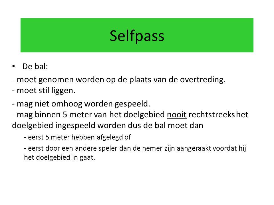 Selfpass De bal: - moet genomen worden op de plaats van de overtreding. - moet stil liggen.