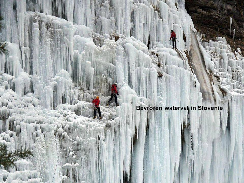 Bevroren waterval in Slovenie