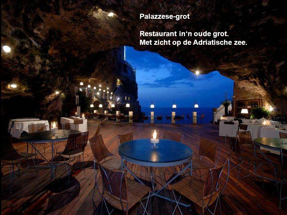 Palazzese-grot Restaurant in'n oude grot. Met zicht op de Adriatische zee.