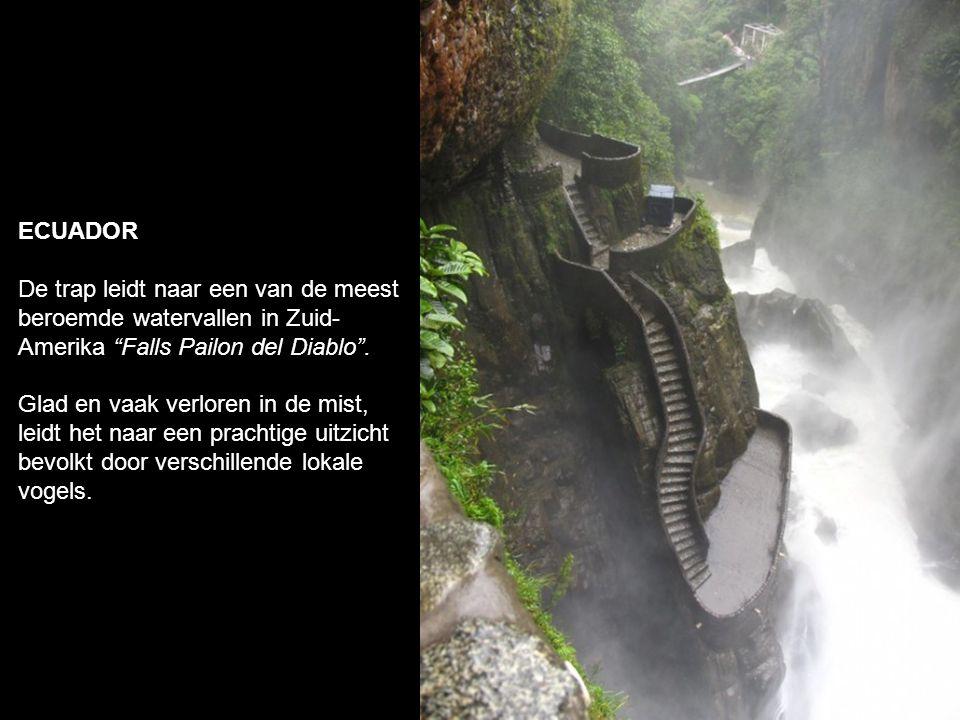 ECUADOR De trap leidt naar een van de meest beroemde watervallen in Zuid-Amerika Falls Pailon del Diablo .