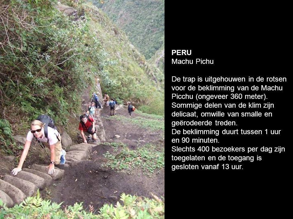 PERU Machu Pichu De trap is uitgehouwen in de rotsen voor de beklimming van de Machu Picchu (ongeveer 360 meter).