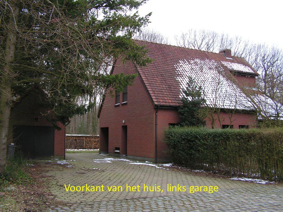 Voorkant van het huis, links garage