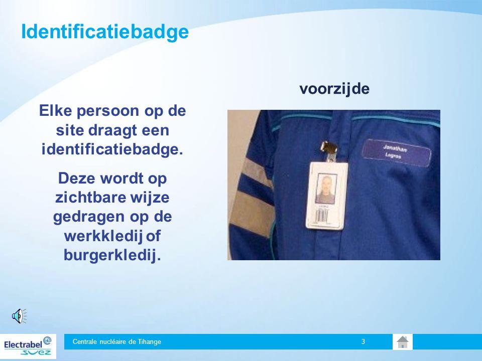 Elke persoon op de site draagt een identificatiebadge.