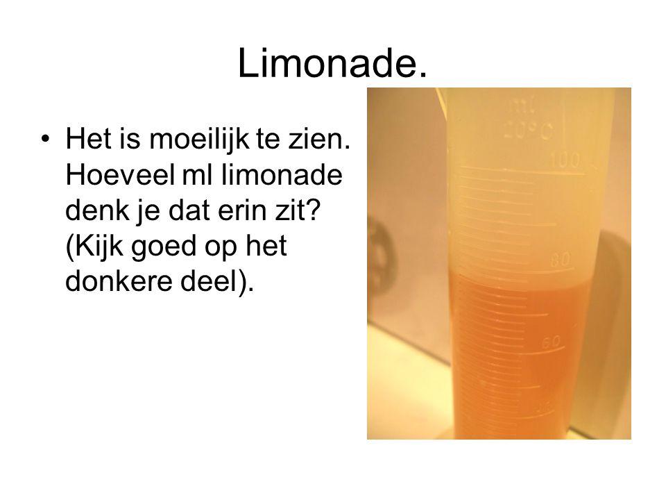 Limonade. Het is moeilijk te zien. Hoeveel ml limonade denk je dat erin zit.