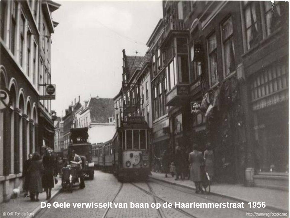 De Gele verwisselt van baan op de Haarlemmerstraat 1956