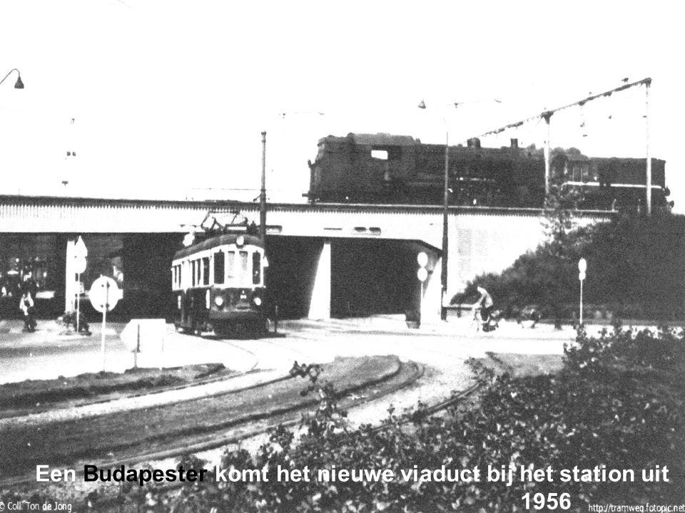 Een Budapester komt het nieuwe viaduct bij het station uit