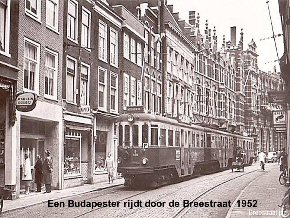 Een Budapester rijdt door de Breestraat 1952